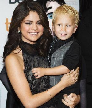 Jaxon Selena Gomez aparece en la premiere de Hotel Transylvannia con el hermanito de Justin Bieber